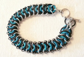 C87 Blue Black gold chainmaille rings in kingscale weave bracelet with SP toggle